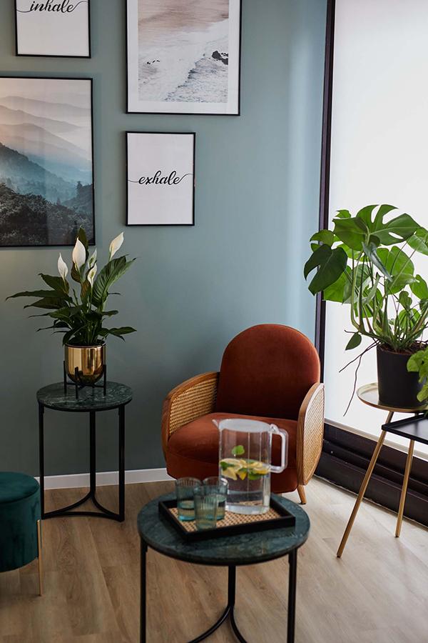 Espace chaleureux un fauteuil orange des plantes vertes une boisson rafraîchissante des tableaux apaisant au mur