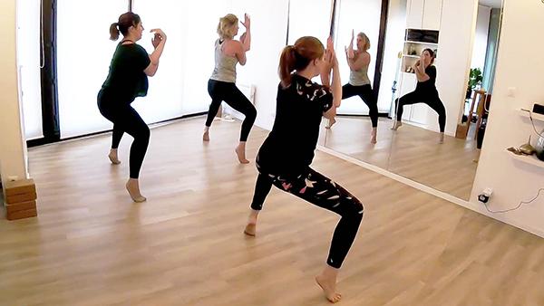 trois femmes prennent un cours de danse étirements souplesse utkata konasana garudasana