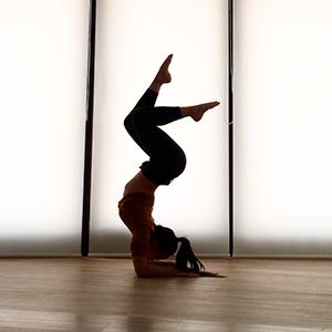 Femme qui fait un équilibre sur les avant-bras pincha mayurasana cirque yoga souplesse contorsion