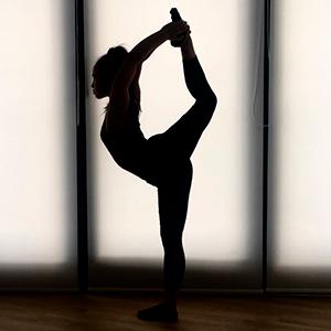 Femme qui fait de la contorsion yoga natarajasana needle scale souplesse gymnastique