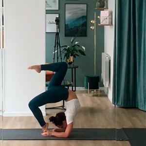 Femme qui fait de la contorsion dans un studio de yoga à Paris urdhva danurasana